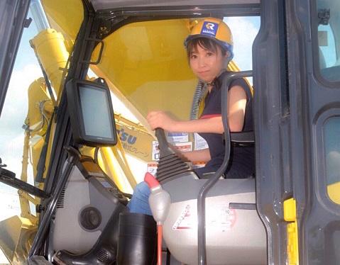 女性による建機の操作